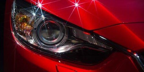 Wie bekommt man Autoscheinwerfer wieder klar?