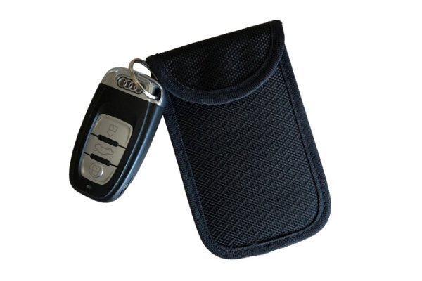 Obesek za ključe - črni etui